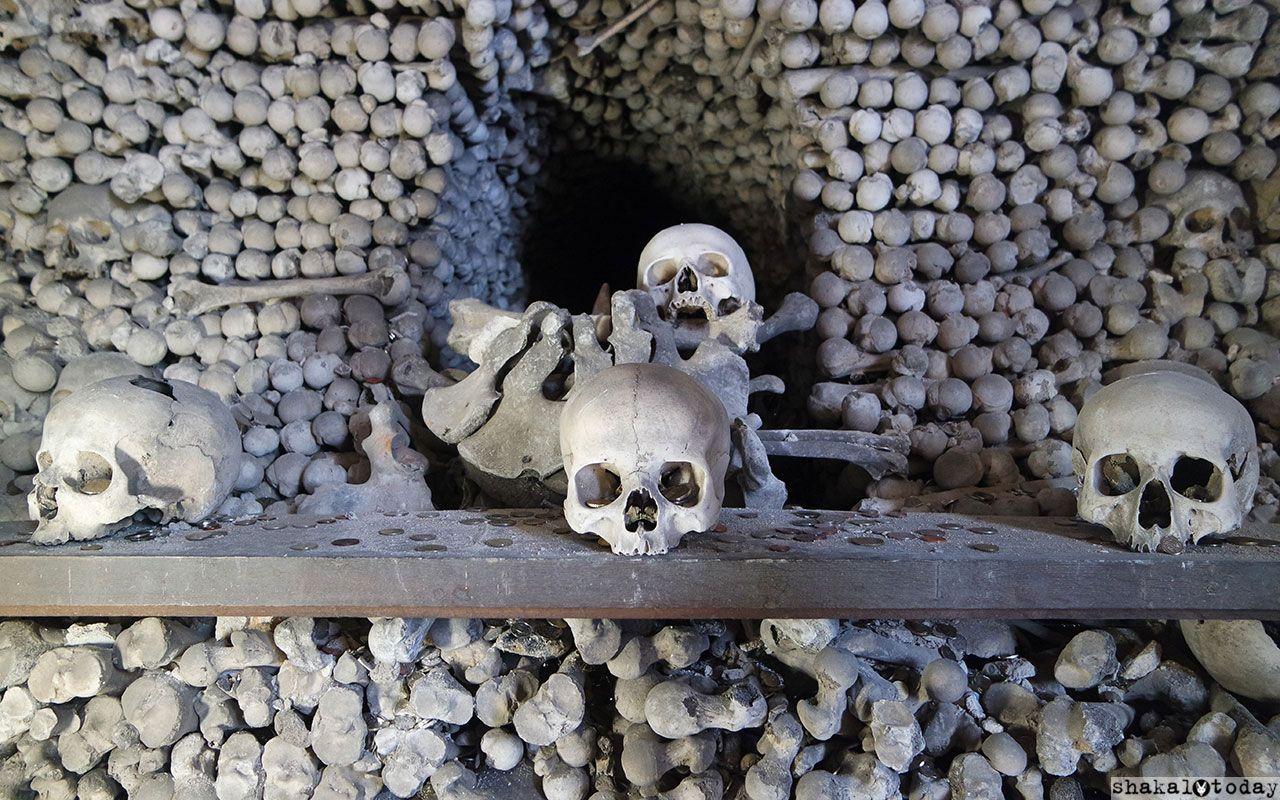 В отличие от парижских катакомб, все косточки лежат в строгом порядке
