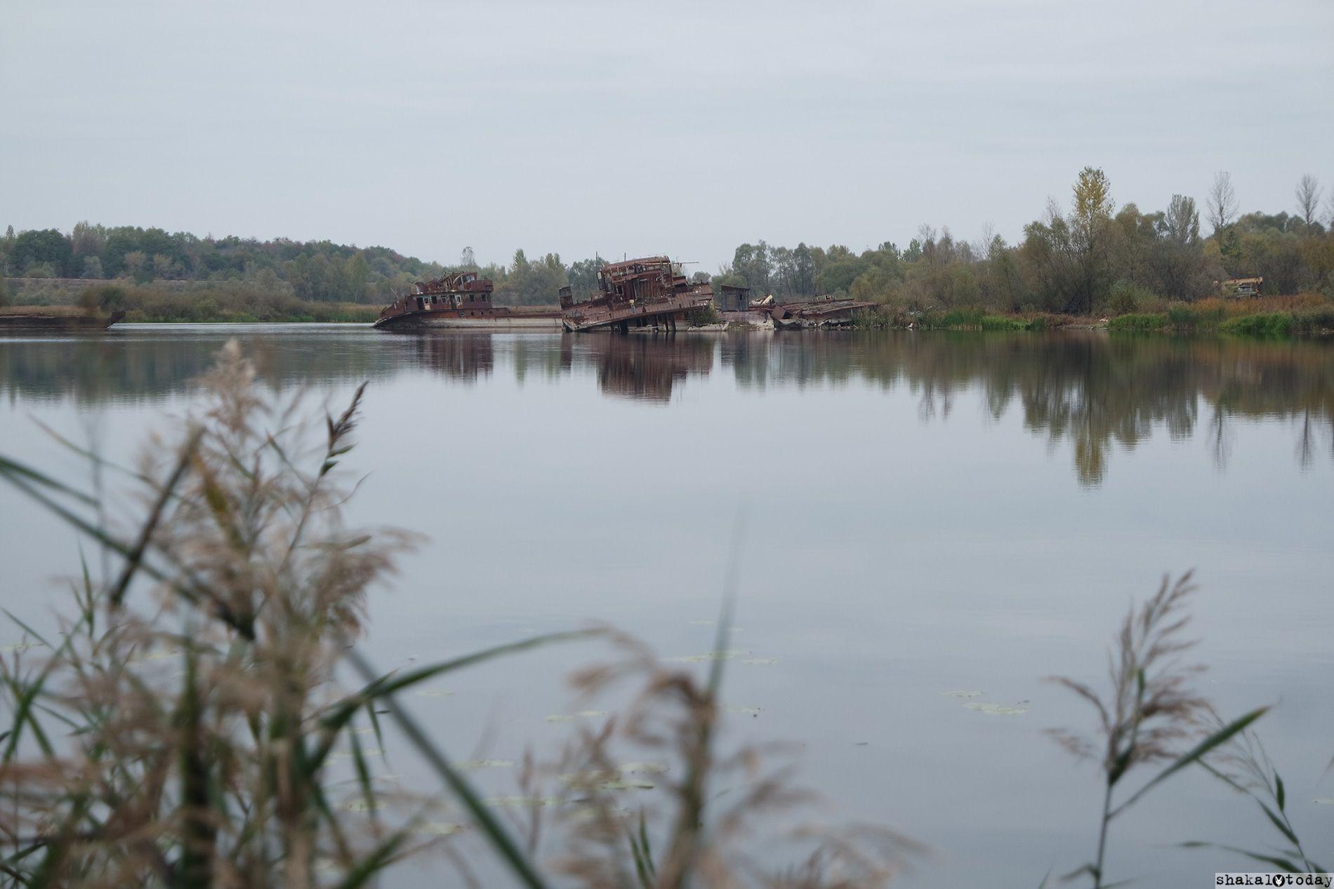 Порт Чернобыля. Видны остовы ржавых барж