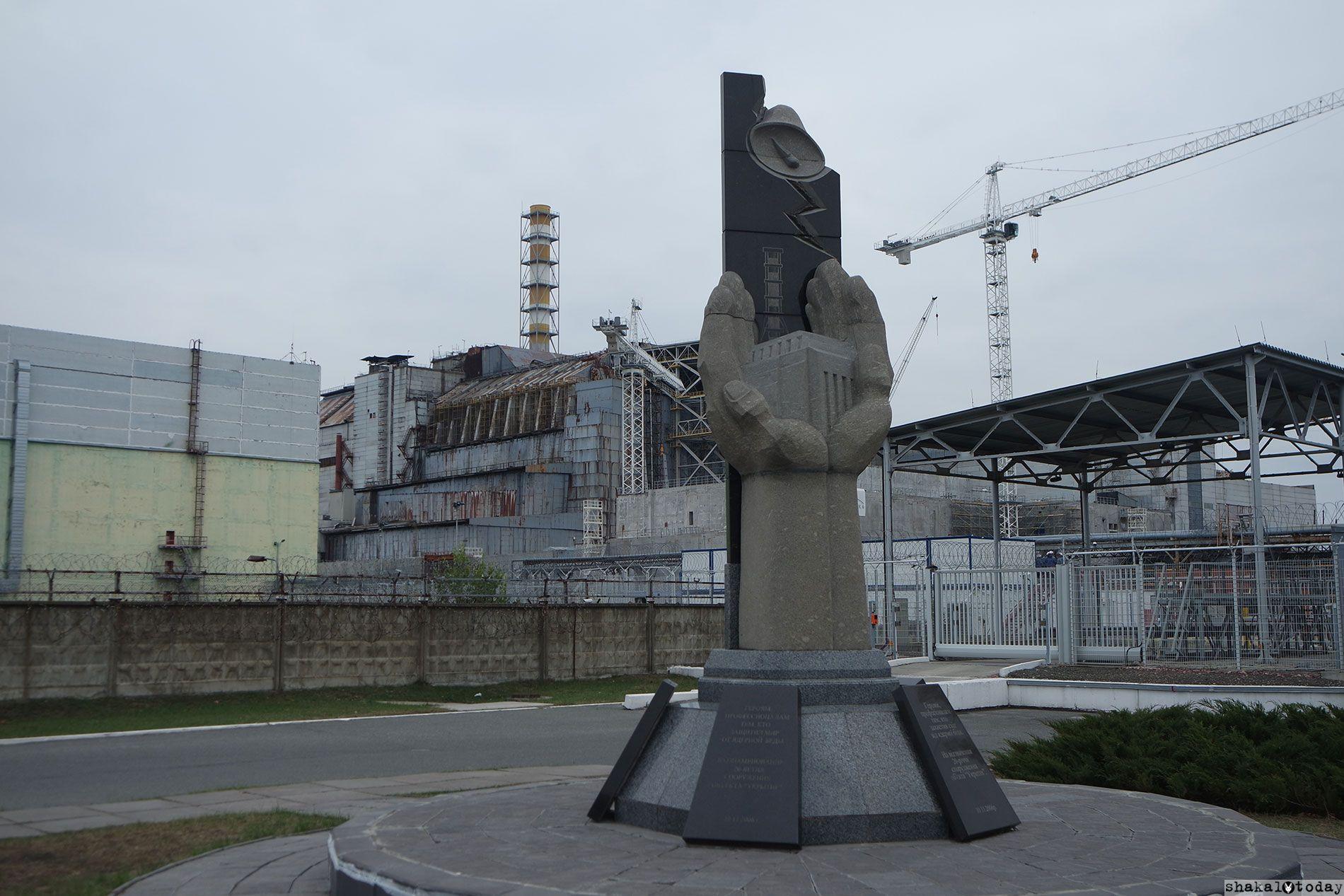 Монумент о погибших. Позади него — тот самый четвертый энергоблок