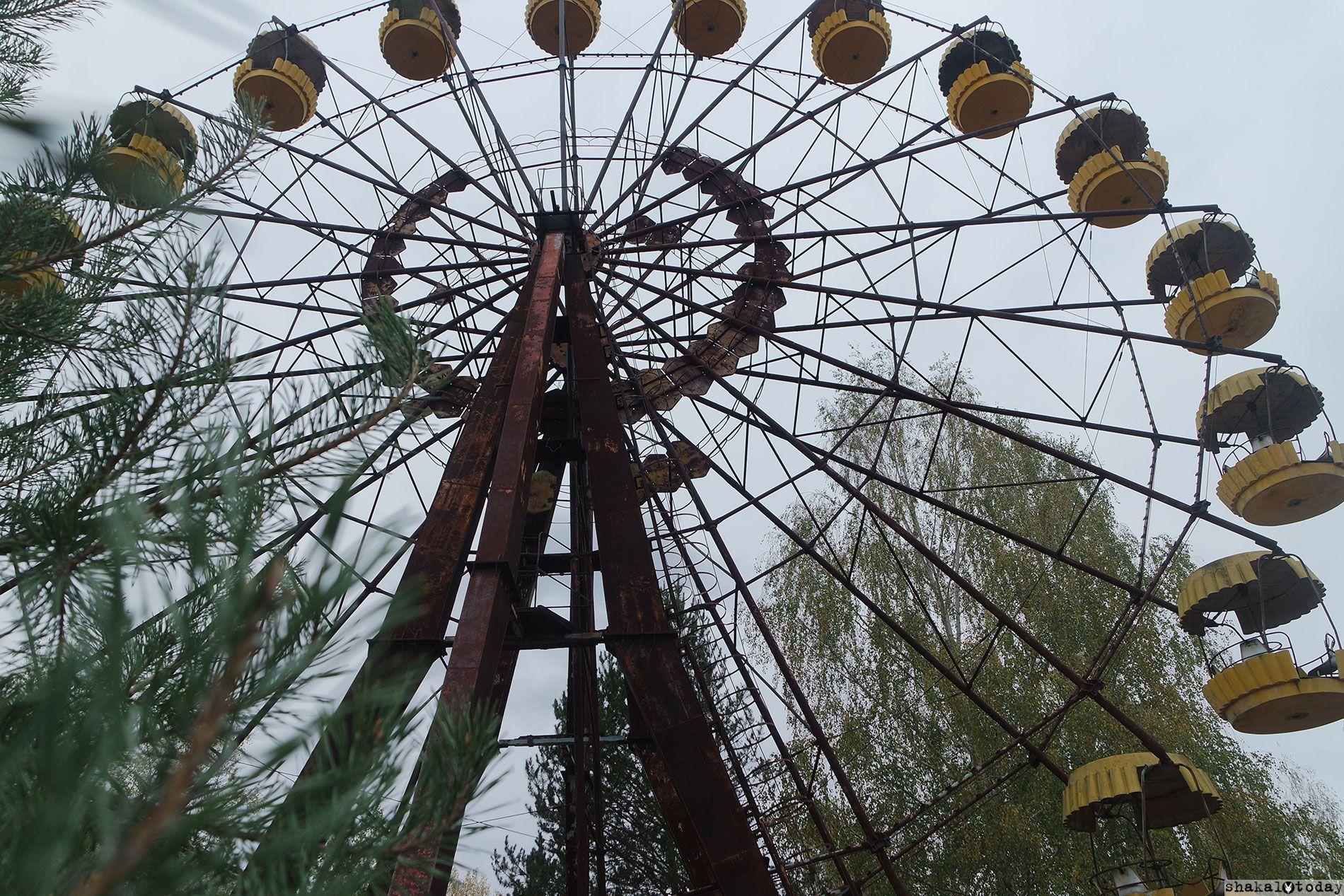 Знаменитое колесо обозрения в Припяти. Сильно «фонит»