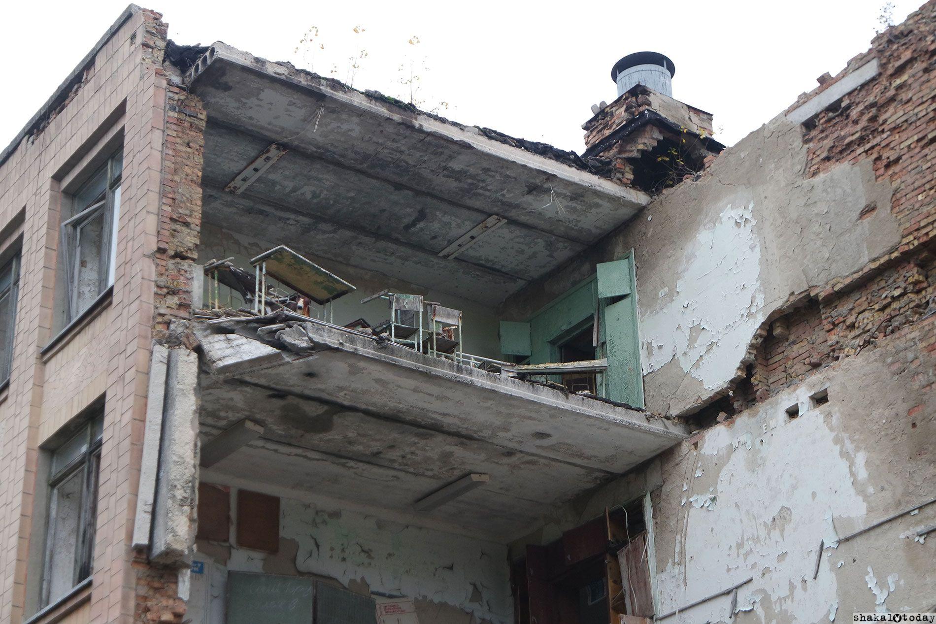 Школа. Быстро разрушается, т.к. была построена из кирпича